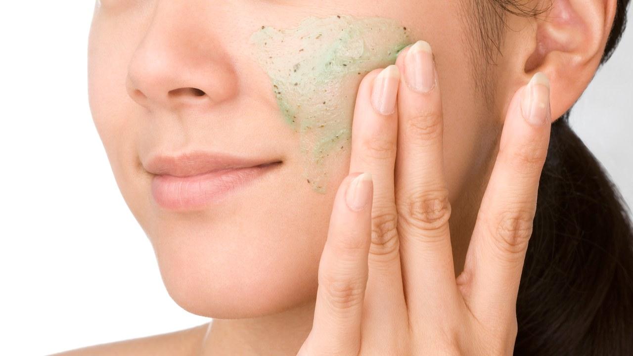 2. Tẩy da chết không có nghĩa là chà xát da mặt 1